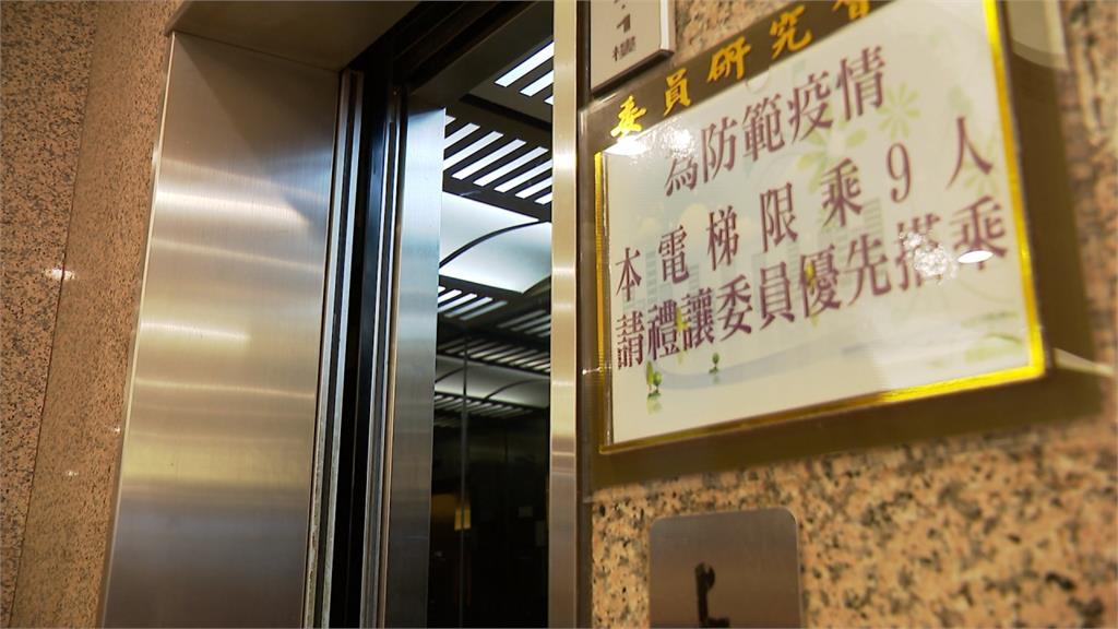 立法院電梯「畫九宮格」防疫!立委笑稱「來玩圈圈叉叉」