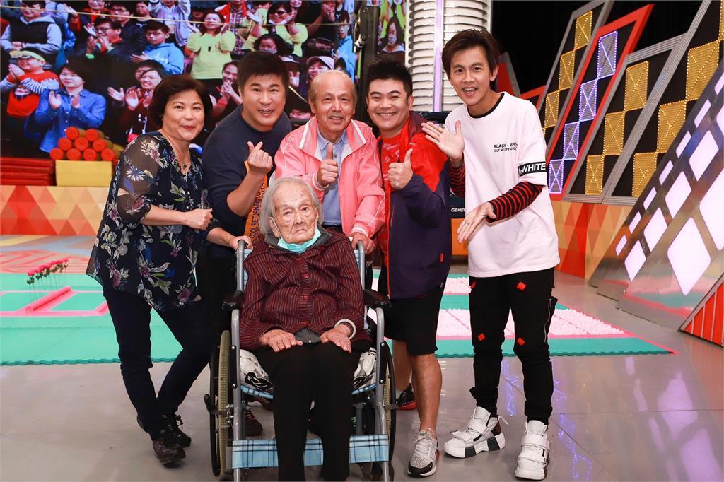 《綜藝大集合》綜藝天王胡瓜半蹲採訪!102歲人瑞阿嬤拿紅包「緊抓不放」