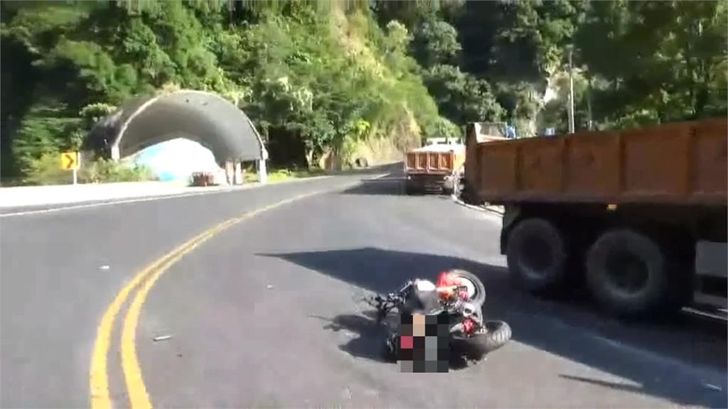 這樣太危險!砂石車逆向超車 騎士靠邊閃過