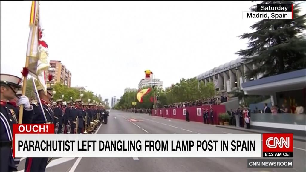 糗!西班牙國慶閱兵 傘兵失誤撞路燈