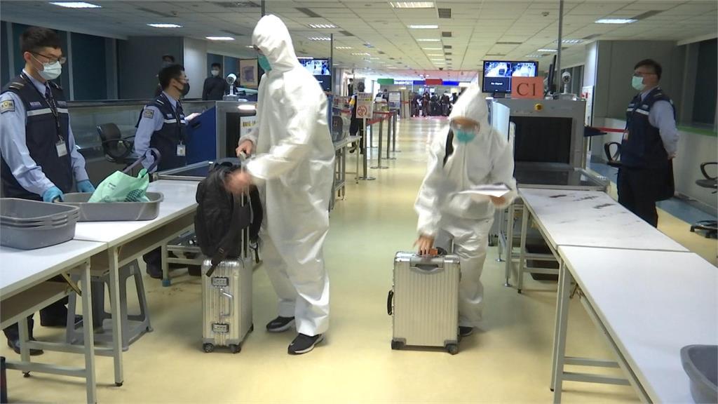 快新聞/留學生返國全副武裝 防護衣、護目鏡樣樣來就怕成防疫缺口