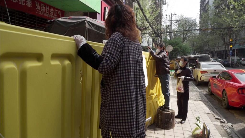 怕怕的?武漢市場解禁 攤商自隔2公尺高圍欄買賣