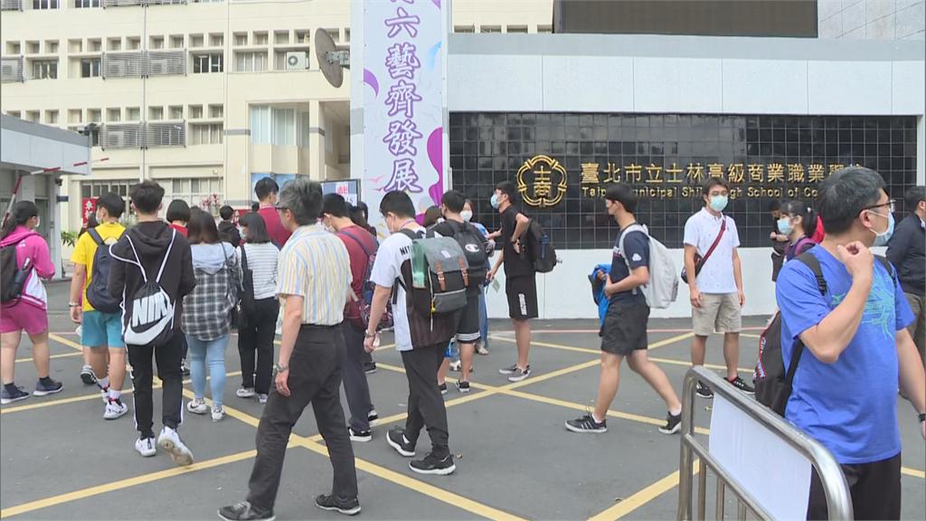 快新聞/國中會考首日登場 21萬名考生戴口罩上陣