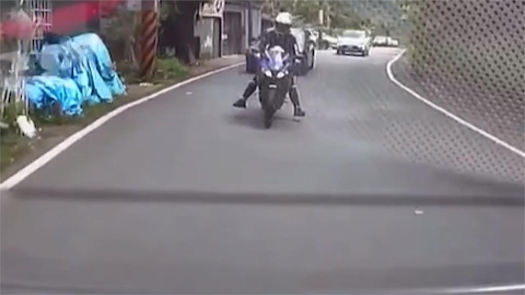 塞車不耐煩?屁孩騎士違規超車 下秒直撞對向車輛