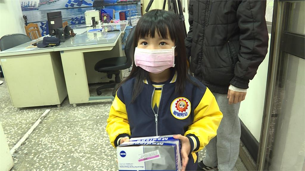 「警察叔叔辛苦了」!暖心女童憂員警染疫 苦存70片口罩捐贈