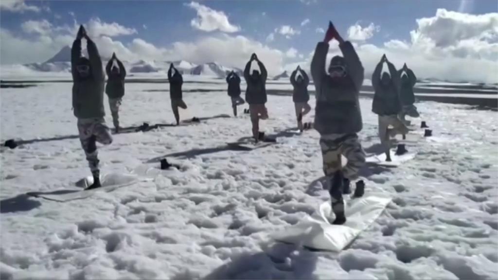 動起來!印度慶國際瑜伽日 喜馬拉雅山邊防警察做操響應