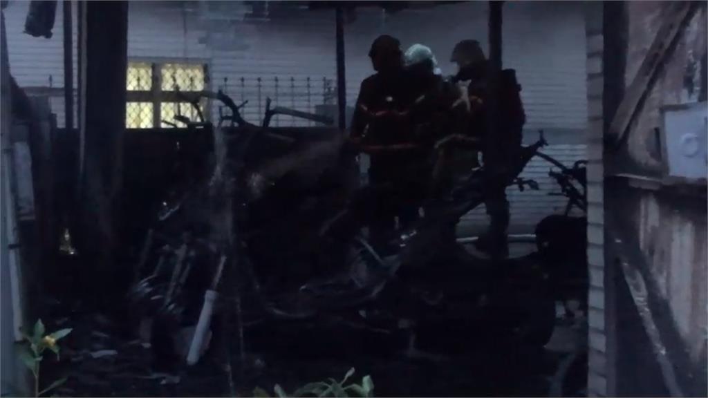 大樓車棚火警 十多輛機車、腳踏車遭燒毀