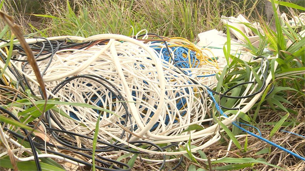 山溝遭濫倒廢棄物 害下游居民恐喝垃圾水