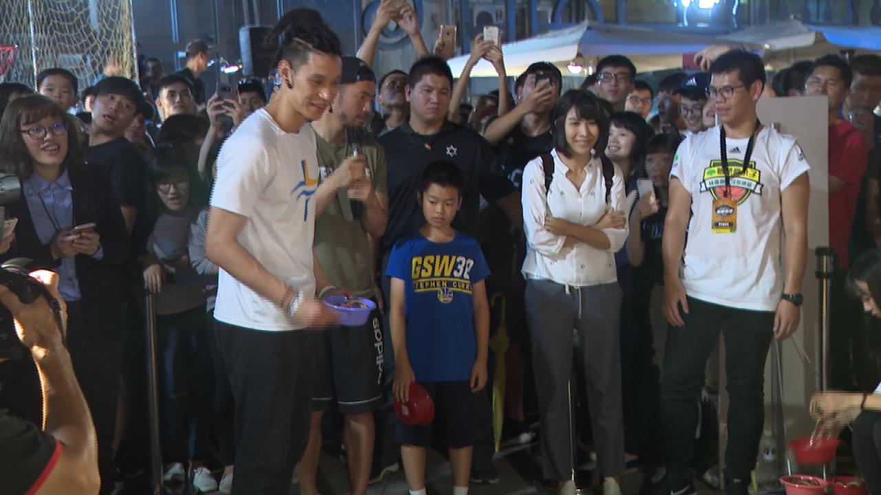 林書豪現身西門町 大雨中感謝球迷熱情