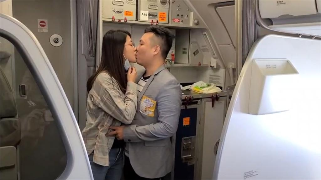 快新聞/偽出國空中看日本 旅客空中求婚好驚喜