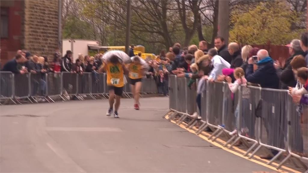 背50公斤煤炭跑1.2公里!英國復活節創意路跑