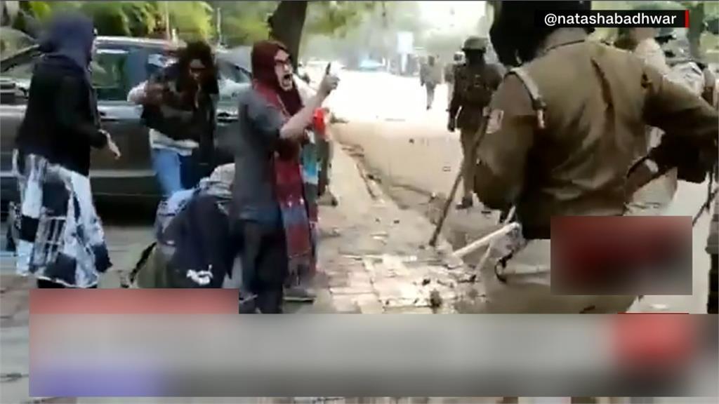 印度「反公民法」示威 女學生嗆警護同儕