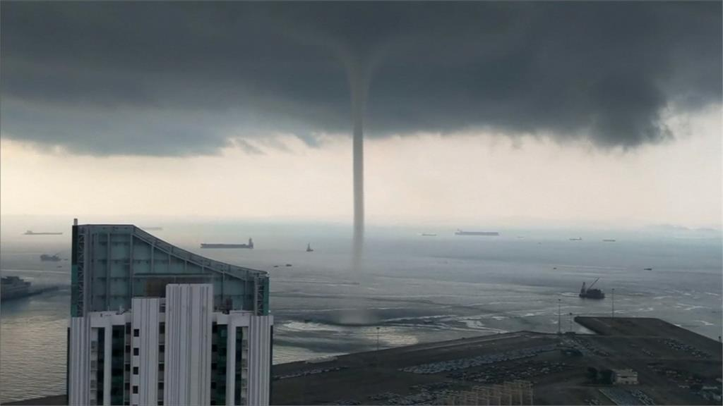 壯觀!新加坡水龍捲 高聳空氣柱猛烈旋轉