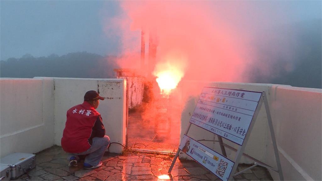 趁鋒面過境 氣象局燃燒燄劑「人工增雨」