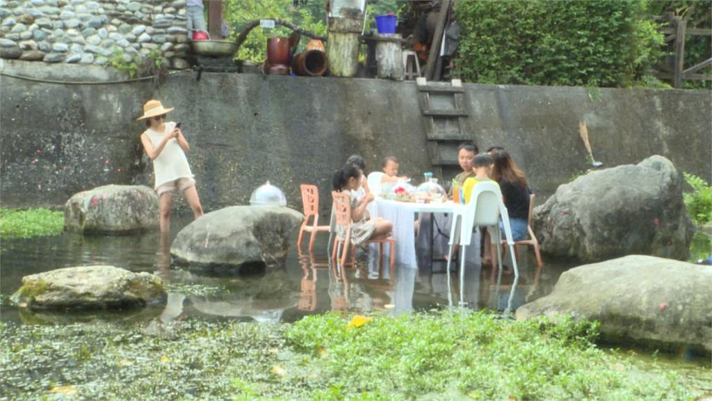 正港「流水席」!小溪中央吃辦桌讓你透心涼