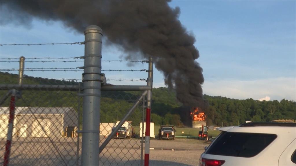 維吉尼亞州天然氣槽起火  烈焰直衝景象驚人