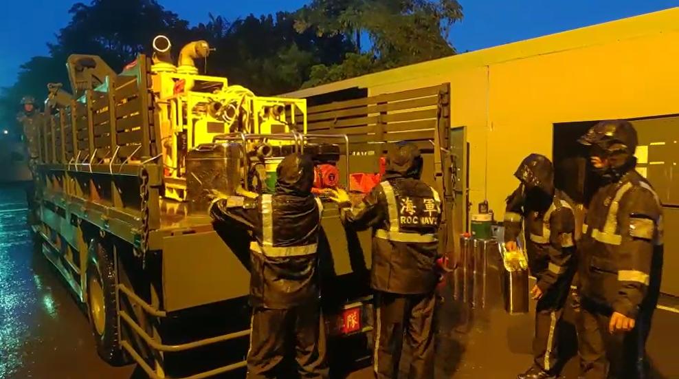 快新聞/豪雨襲南台 國軍第四作戰區整備抽水機、橡皮艇減災損