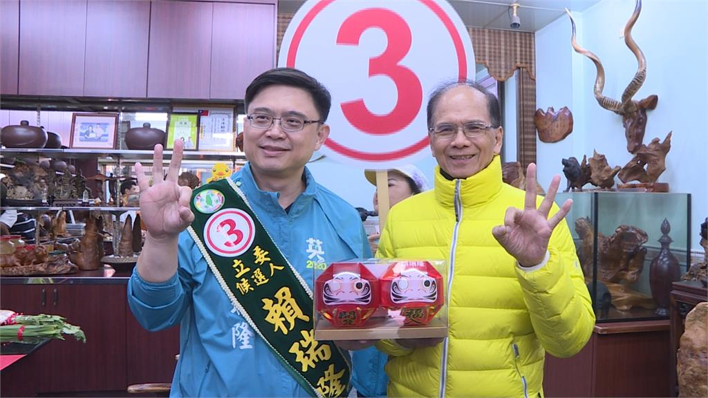 游錫堃南下輔選贈「必勝達摩」 期許賴瑞隆成政壇不倒翁