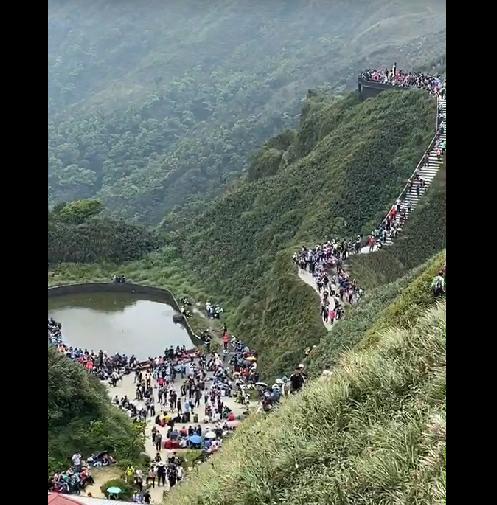 快新聞/宜蘭「抹茶山」假日湧人潮違規車輛增 短短兩天讓國庫進帳13萬元