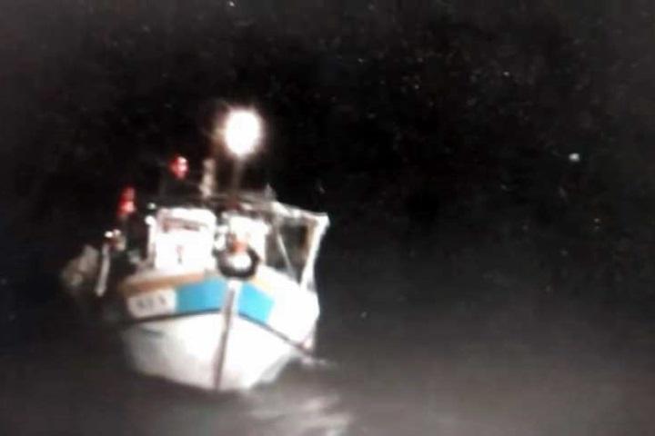 船艙進水漁船險翻覆 海巡即刻救援