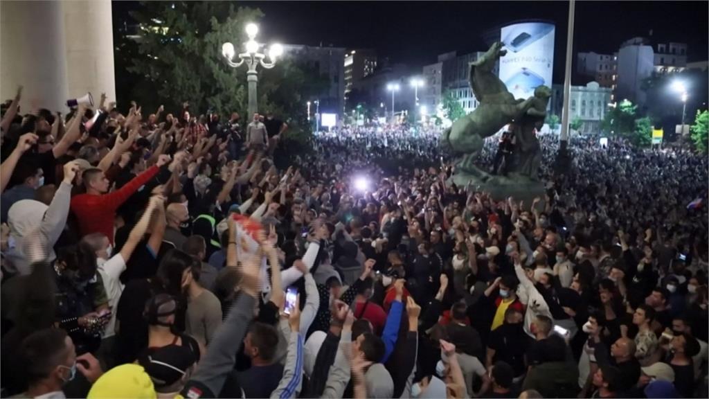 武漢肺炎/疫情再升溫!塞爾維亞單日死亡破紀錄 民眾闖國會示威
