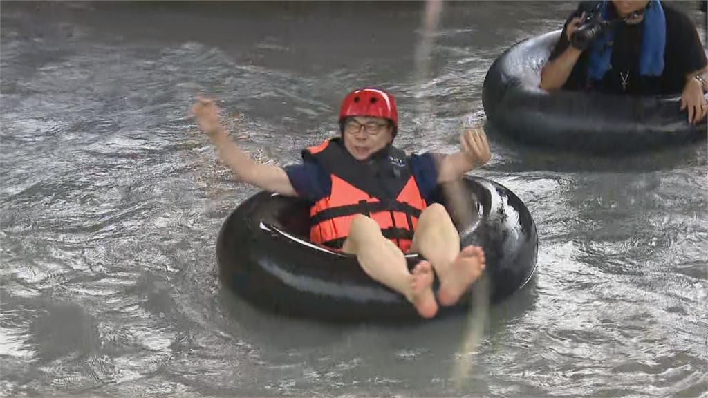快新聞/陳其邁「打赤腳躺泳圈」體驗美濃漂漂河 推廣在地觀光