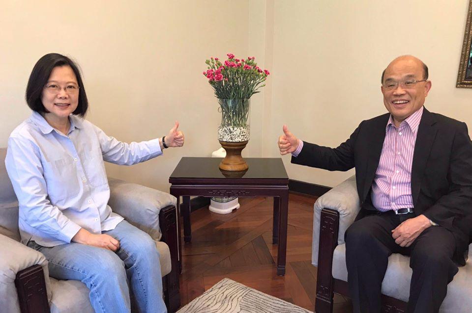 快新聞/與蘇貞昌會面桌上擺28朵康乃馨 蔡英文:盼共同守護我們的「母親」台灣