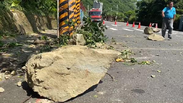 快新聞/基隆北寧路落石砸路佔車道 里長:擋土牆只做一半
