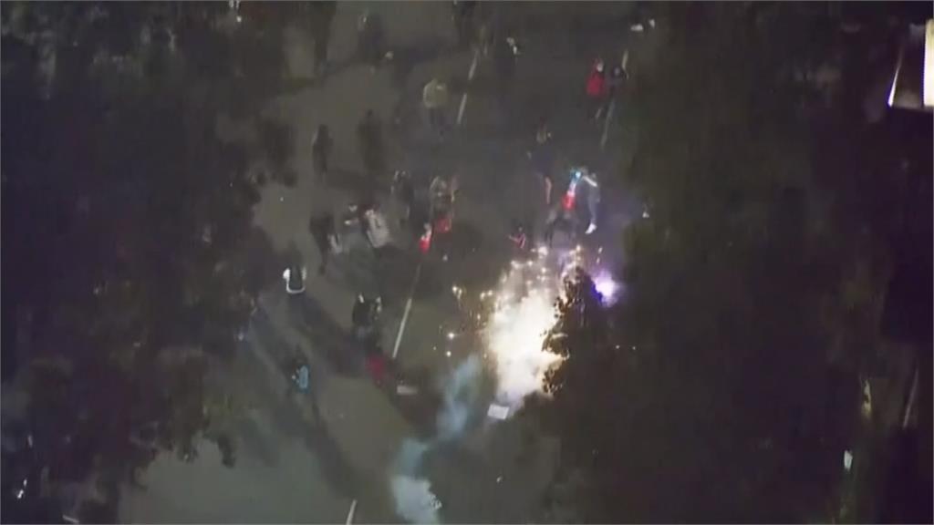 西雅圖宵禁後示威者仍未解散 警方動用催淚彈、水柱清場
