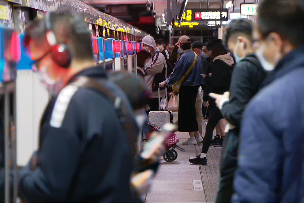 快新聞/大眾運輸7日起有條件可脫口罩 陳時中:離峰時段可不戴