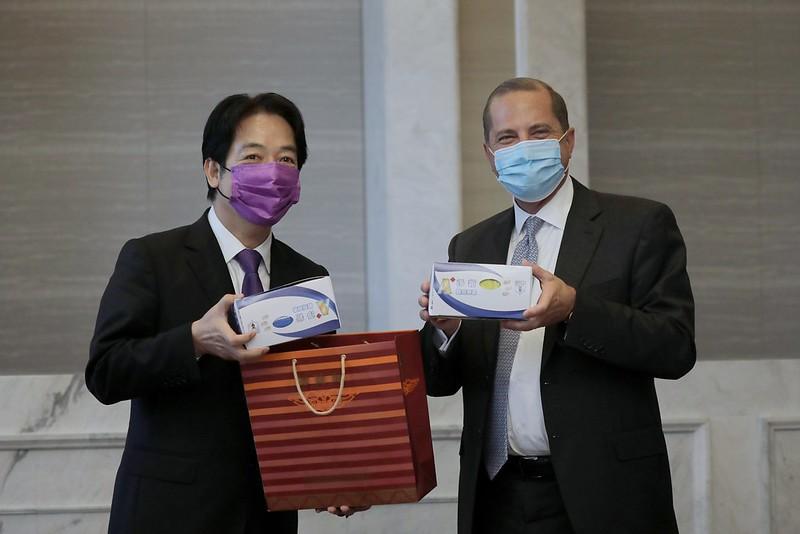 快新聞/宴請阿札爾一行人 賴清德贈彩色口罩盼「台美合作打敗病毒」
