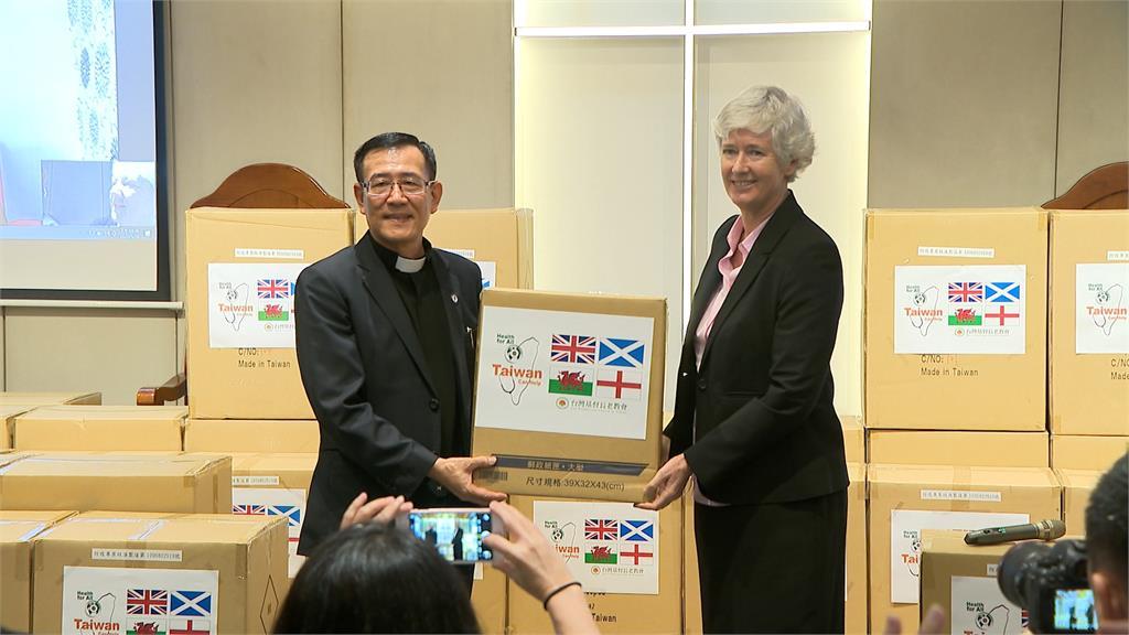 防疫外交!林昶佐助長老教會捐萬件防護衣至英國