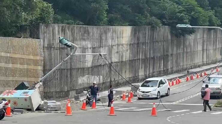 快新聞/彰化工程吊車勾電線 扯倒紅綠燈