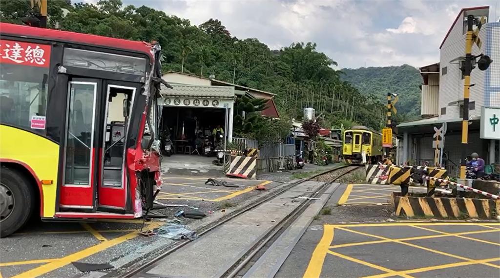 快新聞/下坡煞車不及! 客運闖水里平交道與彩繪列車對撞