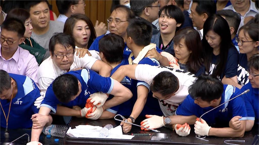 快新聞/立院攻防戰後…有如表情包的「她」聲量暴衝搜尋排行!
