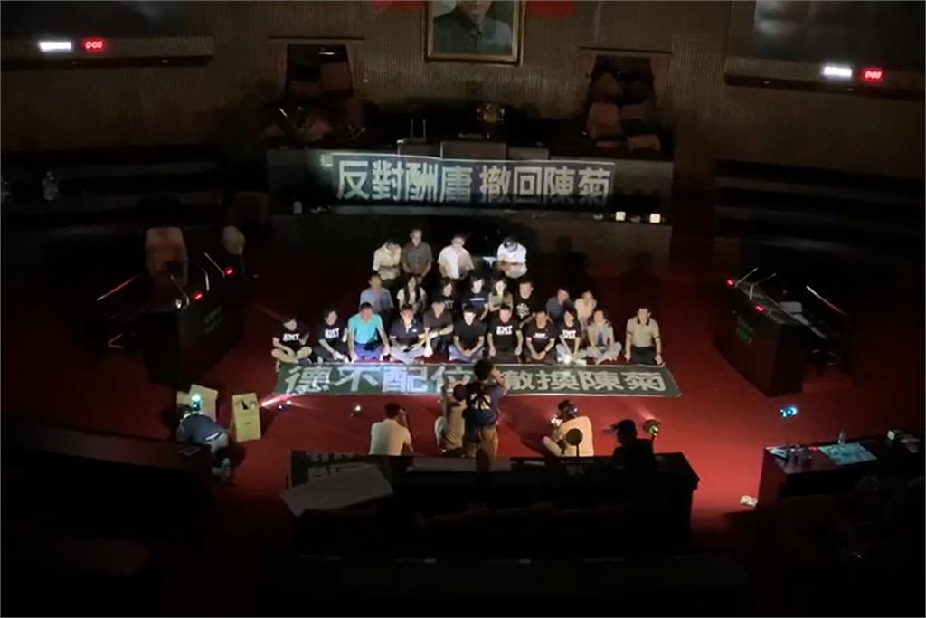快新聞/國民黨立委占議場阻臨時會 民進黨團:非理性在野黨該做的事