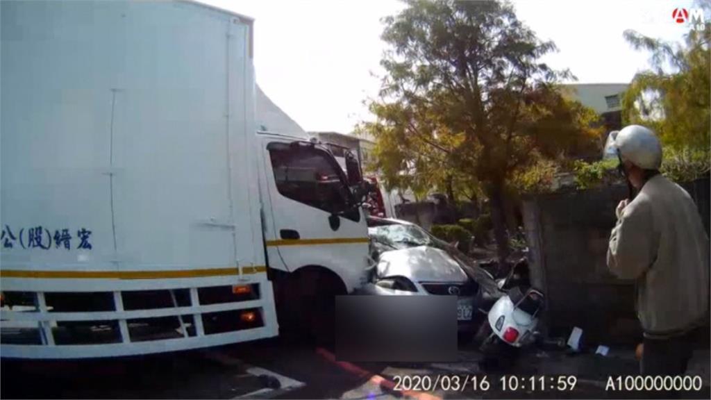 慘!大貨車攔腰撞轎車 再波及2機車釀5人傷