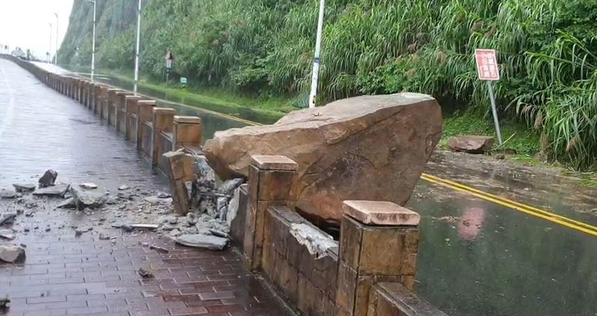 快新聞/基隆外木山巨石崩落砸人行道 今早八點已搶修完畢