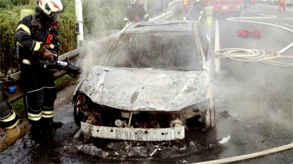 國道2機場系統路段火燒車 駕駛急停路旁逃命
