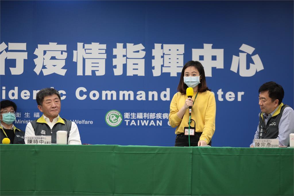 快新聞/陳時中cue客台記者上台秀「客語防疫」 手語老師同步手譯獲得網友大讚