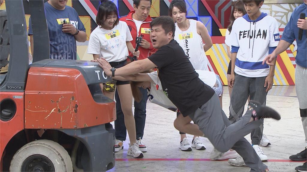 《綜藝大集合》胡瓜推堆高機 !青筋冒出手抖拿麥克風
