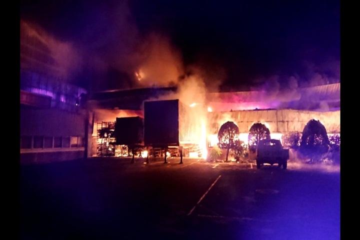電動車工廠傳火警 火勢波及一旁廠房