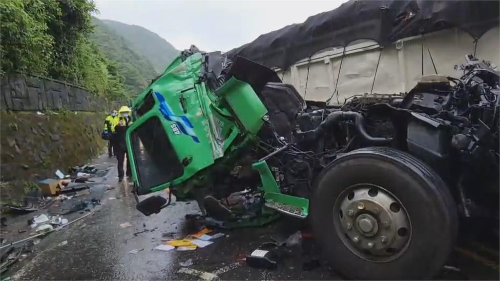 車頭撞到飛出去翻落邊坡 台2線濱海公路2聯結車相撞2人傷
