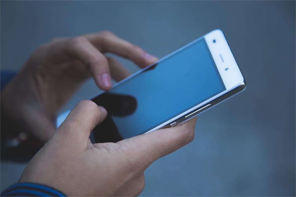泰國女邊充電邊玩手機慘遭電死