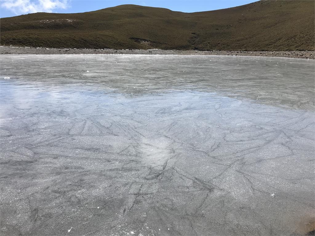 快新聞/「天使的眼淚」嘉明湖冰封了! 凍成絕美灰藍色宛如天然溜冰場