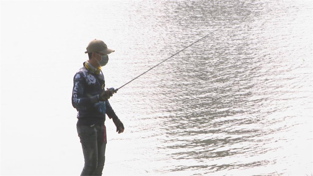 蓮池潭水位直直落! 這位老兄竟下水釣魚 「報警勸離」