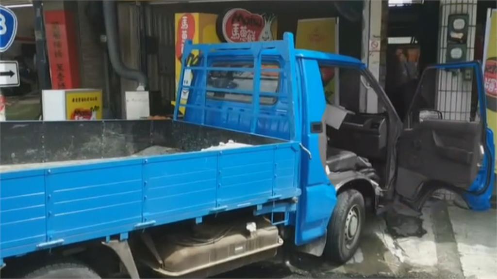 碰!小貨車對撞廂型車 無辜2店家遭波及釀3傷
