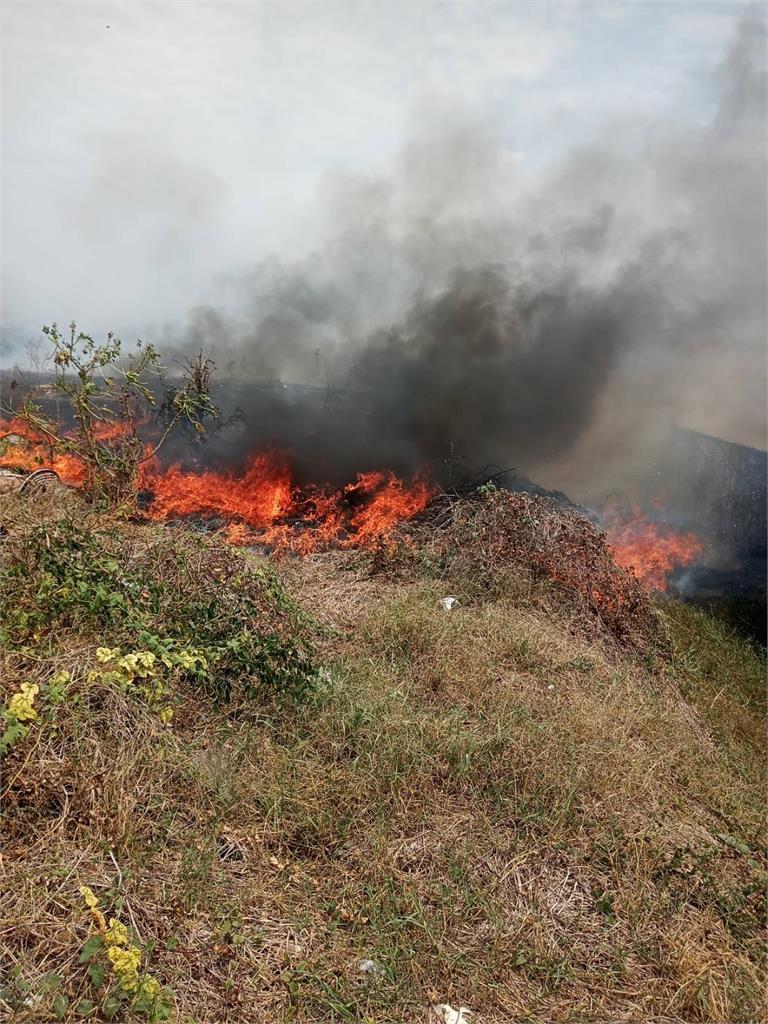 快新聞/台南麻豆垃圾場火警「燃燒面積500平方公尺」 警消出動怪手搶救
