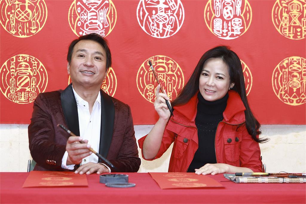 王中平、陳仙梅向黃明勝老師學書法 為《黃金歲月》寫祝賀詞
