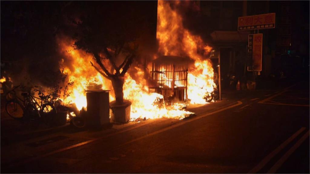停車場陷入火海! 45台機車毀了